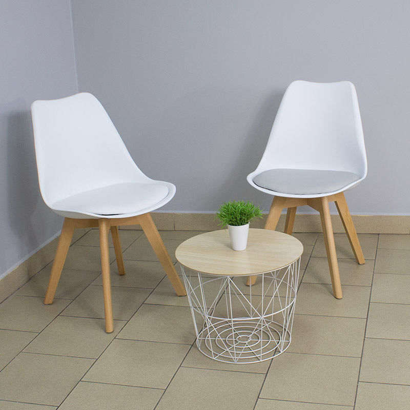 krzesło na drewnianych nogach z poduszką skórzaną