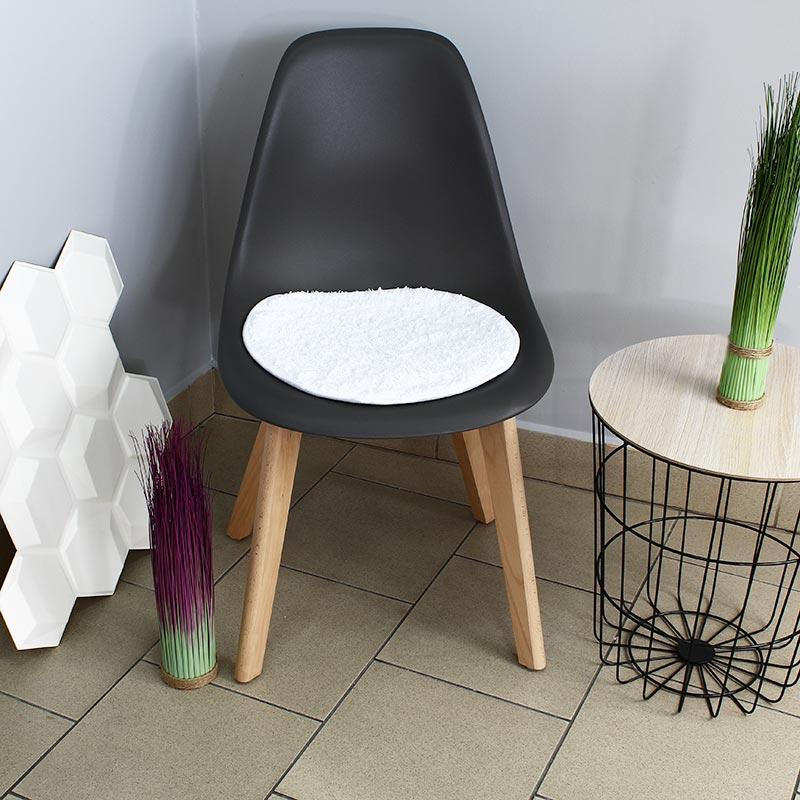 b463507116cd59 krzesło szare z białą poduszką do salonou na bukowych nogach nowoczesne