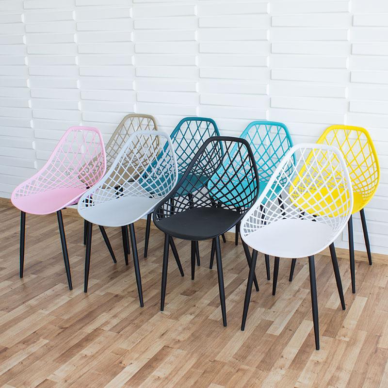 krzesło na metalowych czarnych nogach